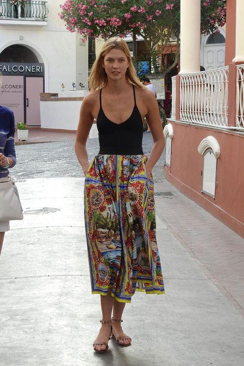 Karlie Kloss en jupe Dolce & Gabbana dans les rues de Capri