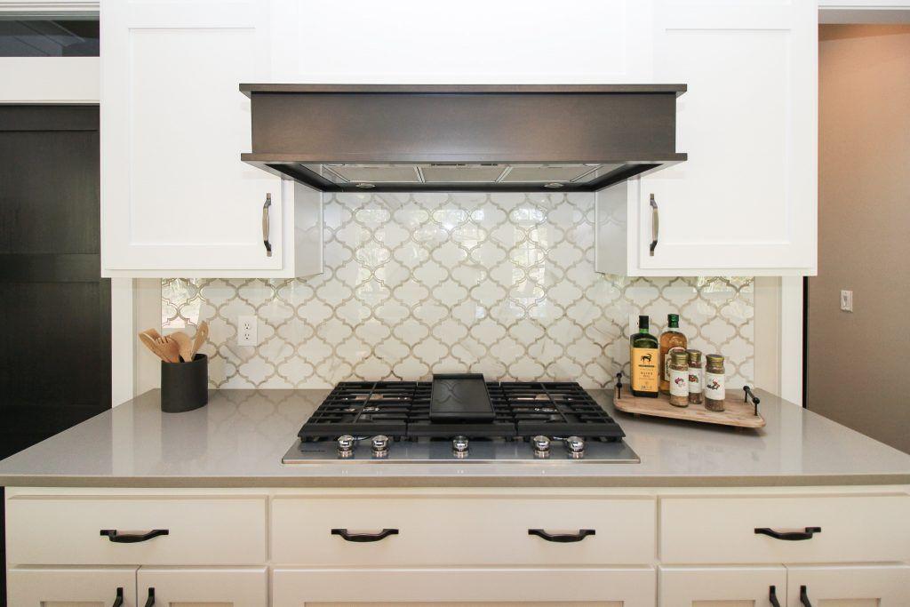 White Arabesque Mosaic Tiled Kitchen Backsplash Mosaic Tile Backsplash Kitchen Mosaic Tile Kitchen Kitchen Tiles Backsplash