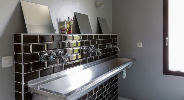 Une salle de bain esprit rétro  un lavabo vintage détourné