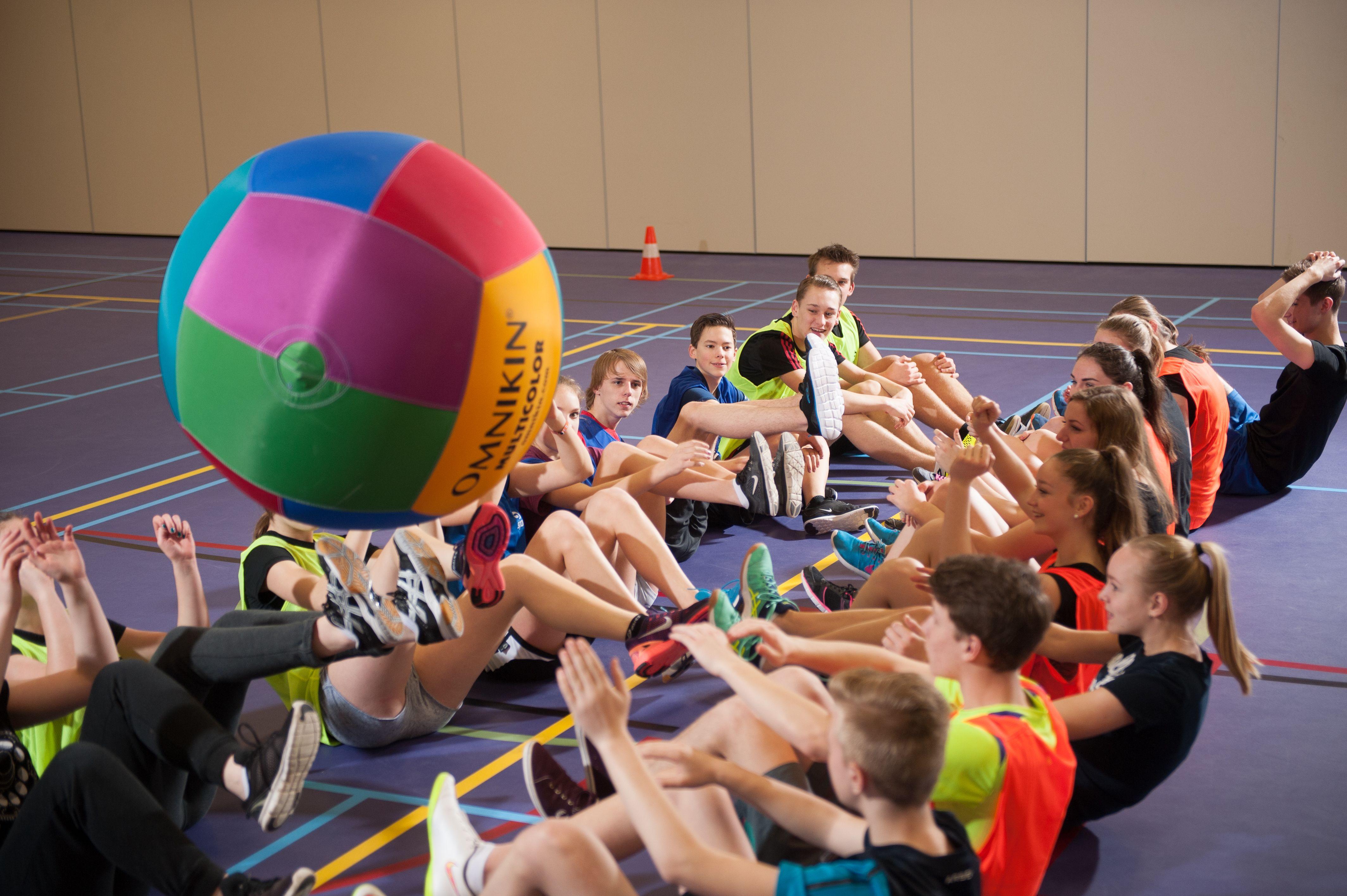 Samenwerking Is Ontzettend Belangrijk Bij Dit Balspel Bekijk Onze Omnikin Bal Op De Website Nijha Bewegendleren Sports Spel Sport Fitness