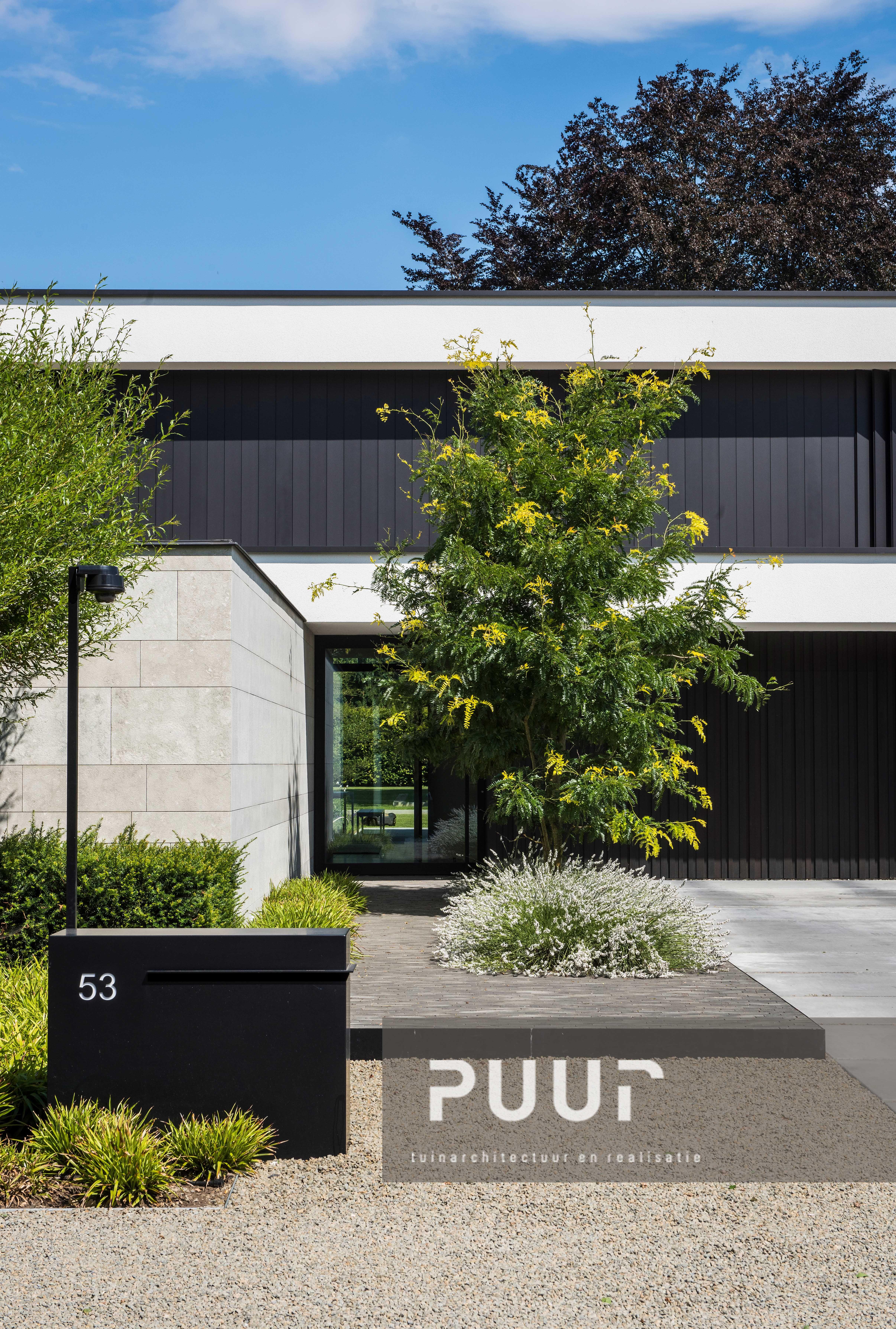 Strakke tuin met moderne voortuin puur groenprojecten for Voortuin modern