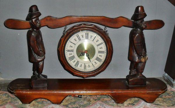 Relógio com suporte entalhado em Madeira estilo alemão. Relógio com moldura de 24 cm de diâmetro e v