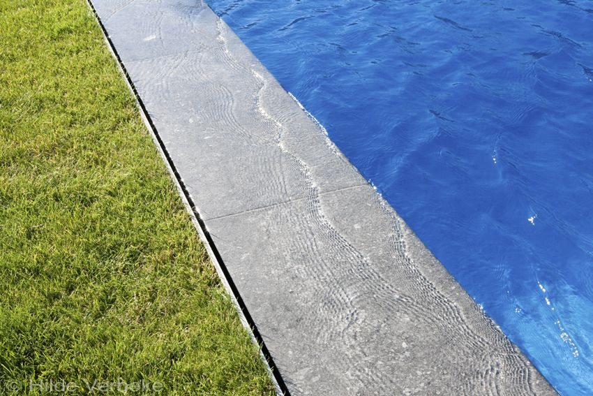 Droom mozaïek buitenzwembad met moderne poolhouse met prachtig