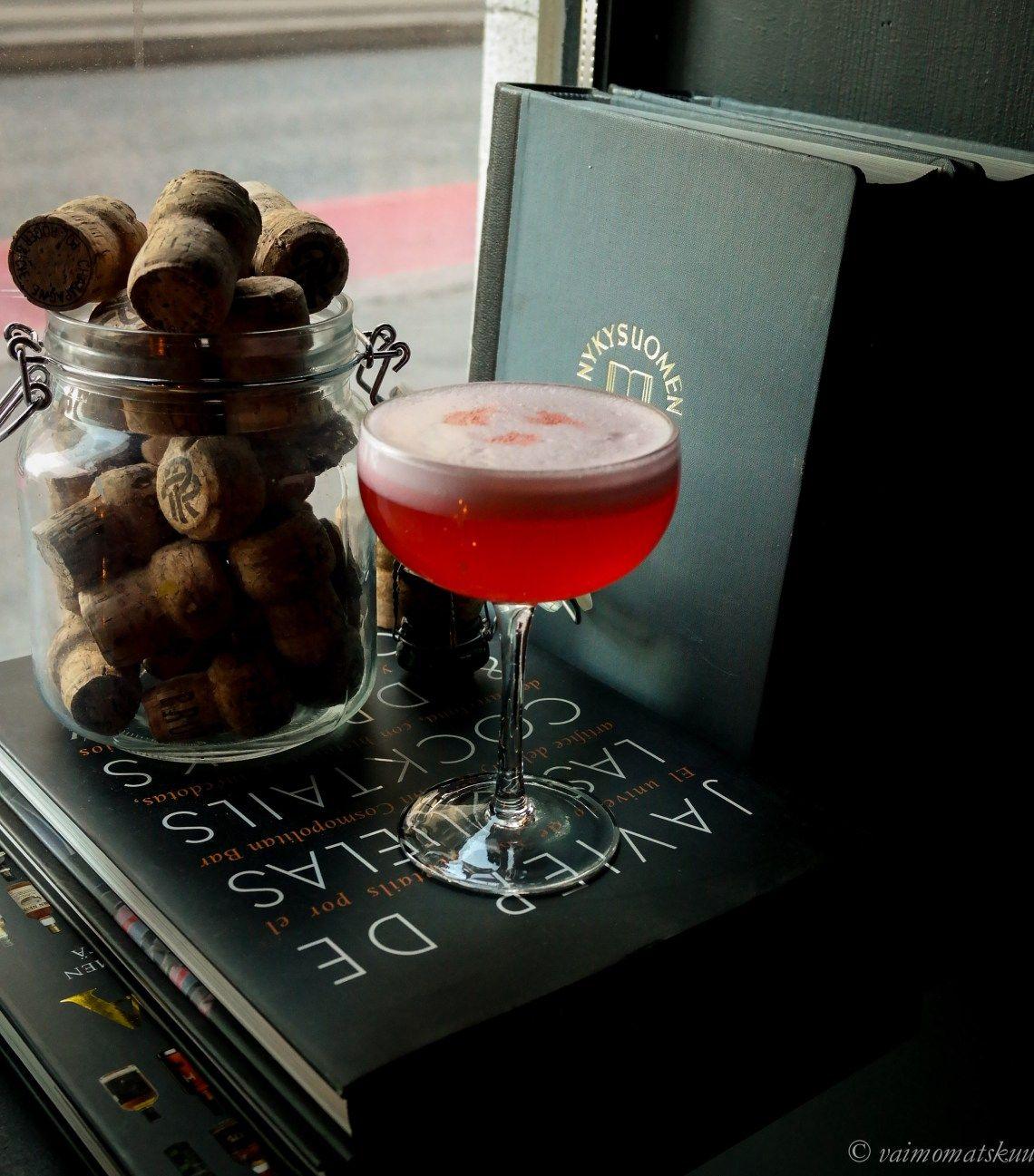 Clover Club (gin, lemon, raspberry syrup, egg white) Vajaa vuosi sitten piipahdimme Juuson kanssa Malminrinteen Books & Antiquesissa juhlimassa puolen vuoden virstanpylvästä ja ihastuimme kovin…