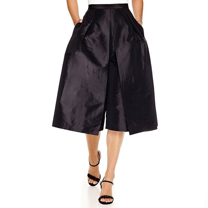 Just as comfy as boyfriend jeans, culottes are a fall/winter trend that you have to try. The gorgeous silhouette of our taffeta pants are best worn with heels, such as classic pumps, kitten heels or chic booties.