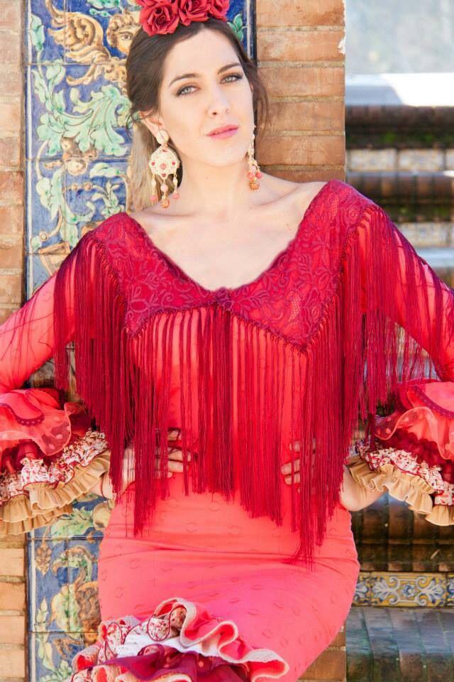 Este traje de flamenca combina el cuerpo en plumeti coral con un sinfín de volantes de todo tipo: encajes, telas estampadas, cada pequeño  detalle marca la diferencia. Perfecto para la gitana que quiere innovar sin dar el cante, este modelo es una apuesta segura para triunfar en la feria de abril.