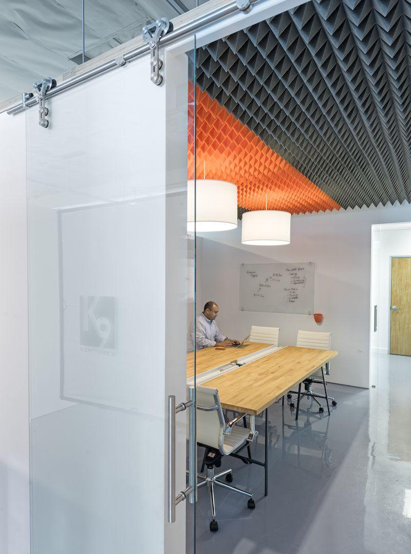 acoustic foam ceiling sound absorbing soundproof pinterest espace design lieu de. Black Bedroom Furniture Sets. Home Design Ideas