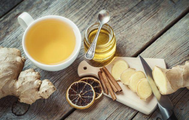 Listasimme 8 luonnollista troppia, joilla voi ehkäistä flunssaa ja helpottaa flunssan oireita. Kuuma flunssajuoma tuo helpotuksen.