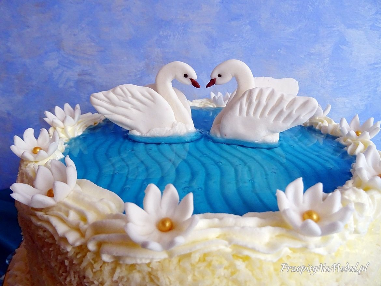 Podstawa Mojego Pomyslu Na Tort Jezioro Labedzie Byly Figurki Z Masy Cukrowej Dwa Labedzie Ktore Plywaja Na Srodku Blekitnej Wody Oraz B Outdoor Decor Decor