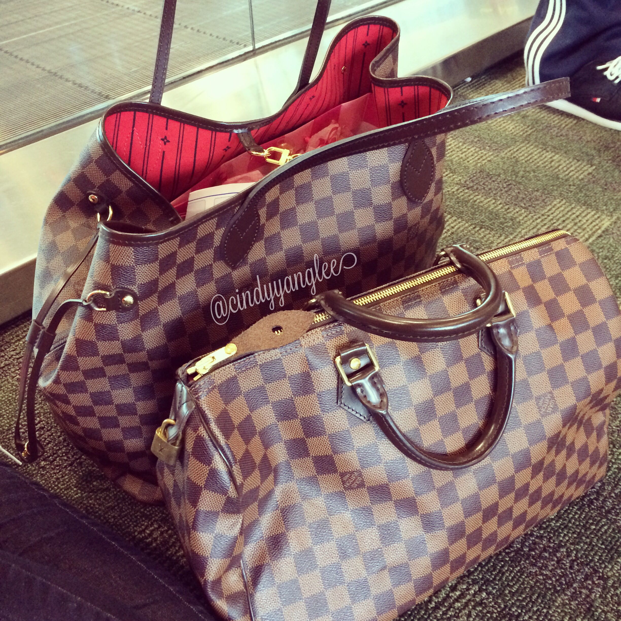 acaab395c321 At the airport with my Louis Vuitton bags  ) Neverfull GM Speedy 35 Damier  Ebene DE Travel