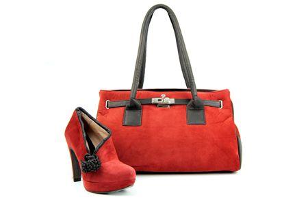Zapato abotinado en color guinda con detalles marrones junto a bolso con el mismo acabado y toques plateados