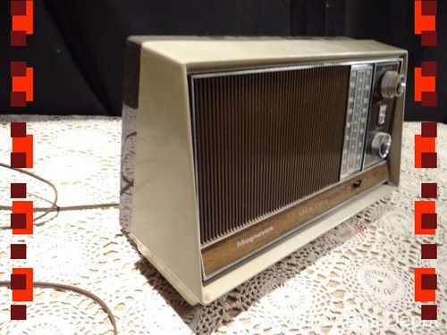 Mid Century Modern Magnavox Solid State AM/FM Table Top