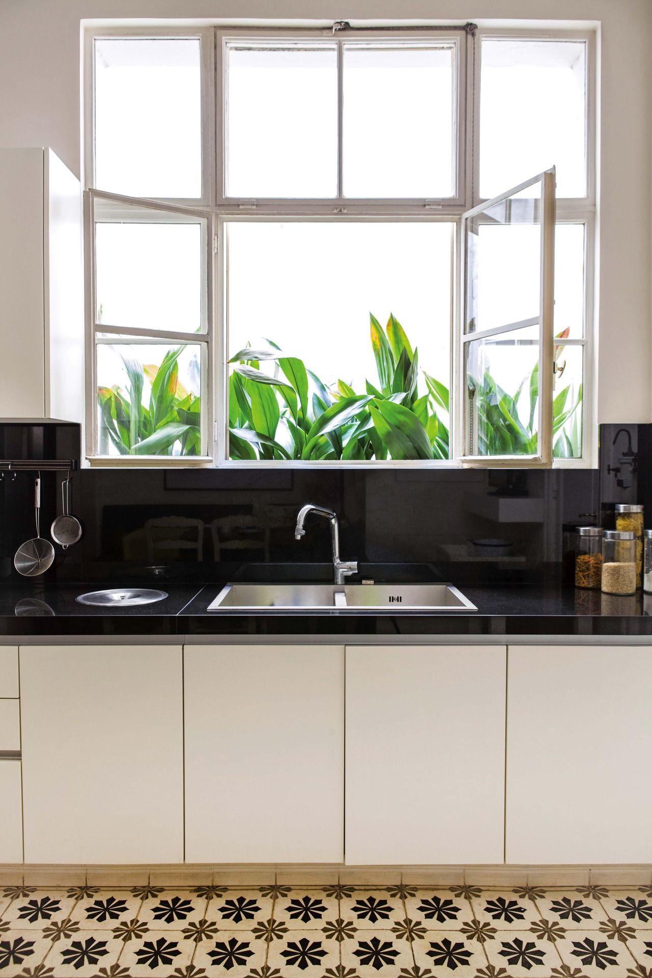 Cocina antigua reciclada con pisos calcáreos y detalles vintage en tonos crema y marrón mesada de granito negro brasil