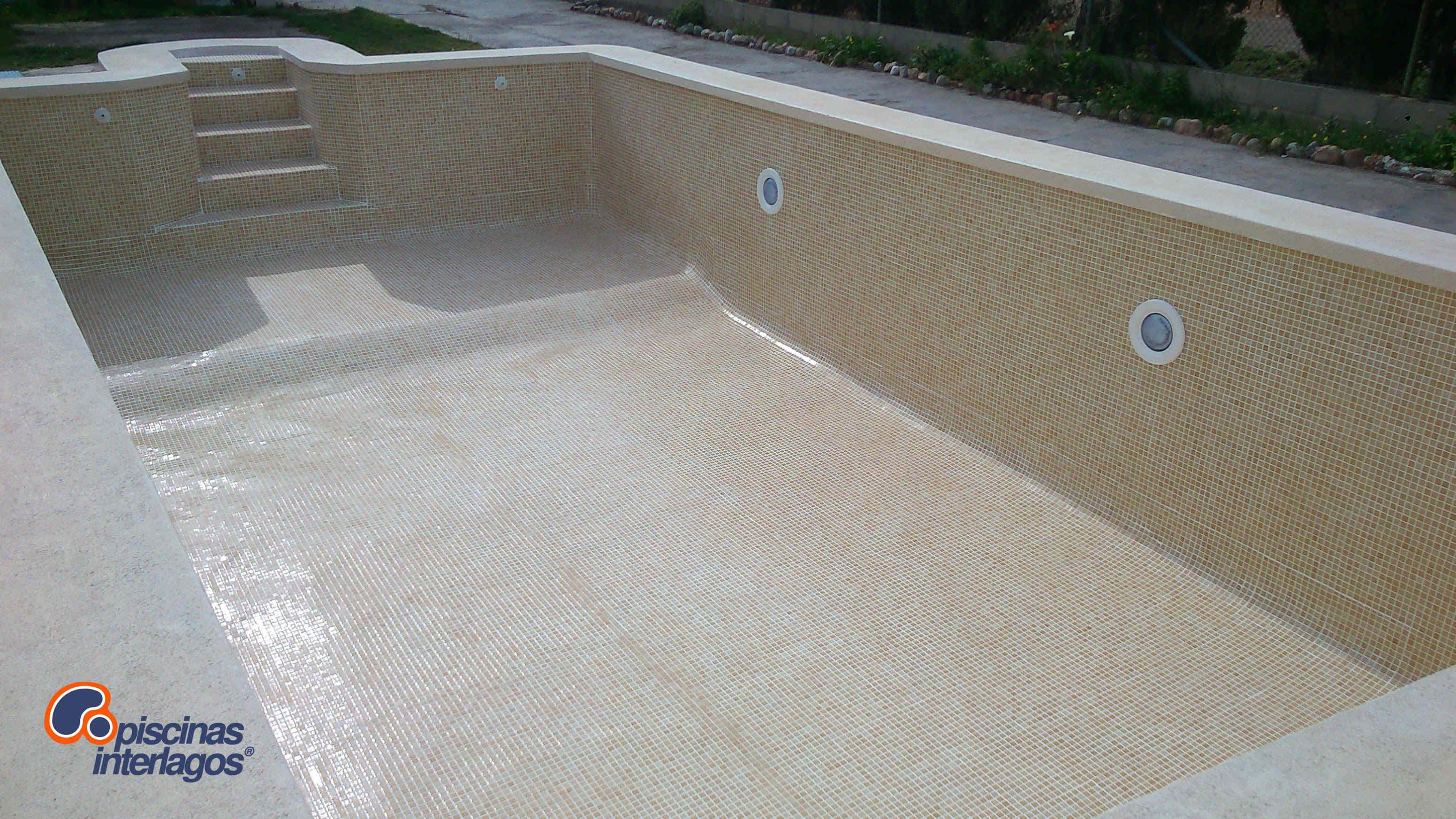 Piscina rehabilitada con gresite color arena grao de - Gresite piscinas colores ...