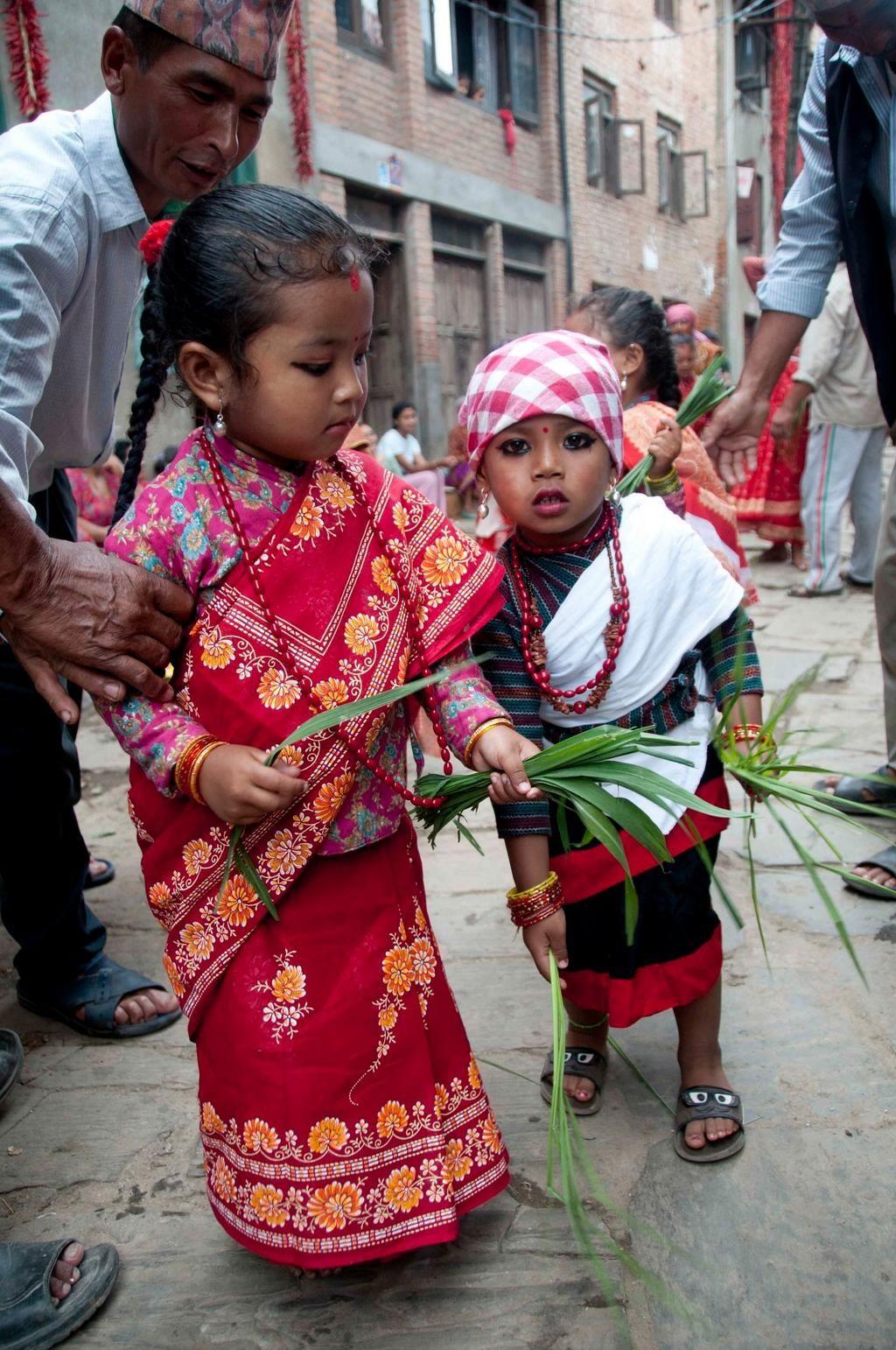 #Festival #RopaiJatra Ceremonia de plantación del arroz en Lalitpur #Nepal #fotografia de Pratap Thapa (@Xinhua9 via twitter) #infancia #children #Asia 2014