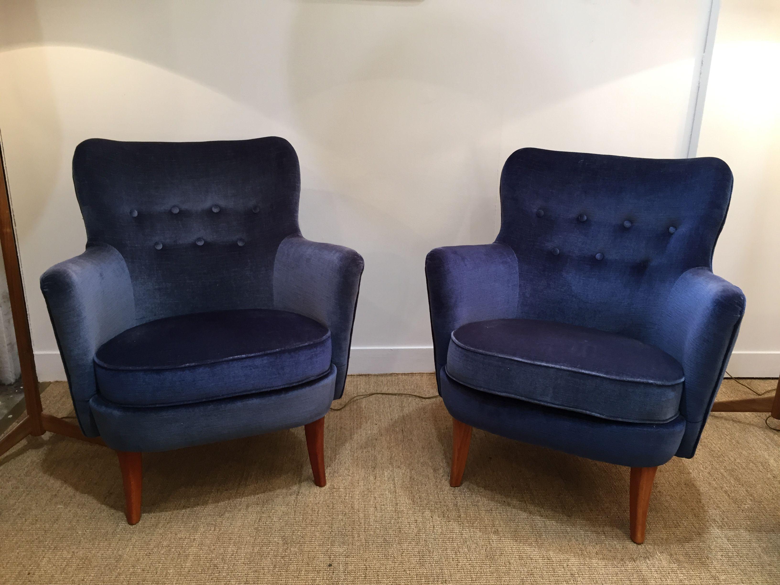 paire de fauteuils en velours bleu nuit � su232de 50�s