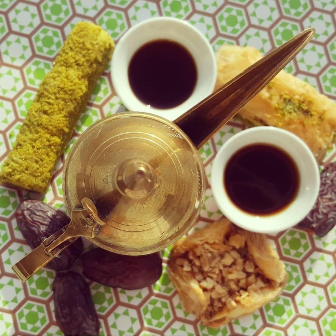 Qahwa Wie Arabischer Kaffee In Den Vereinigten Arabischen Emiraten Heisst Wird Mit Kardamom Nelken Safran Und Rosenwasser Kardamom Rosenwasser Rezepte