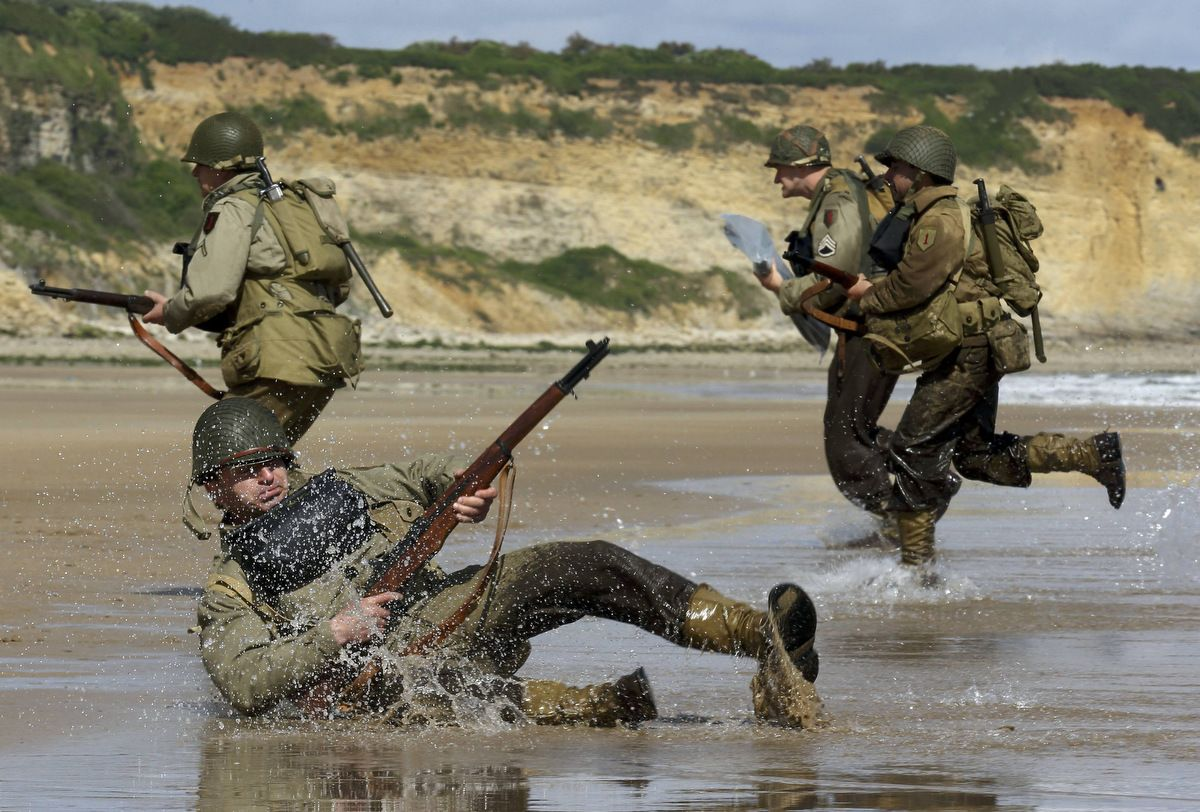 Day reenactment ww ii pictures pinterest - History Enthusiasts Wearing Ww2 U S Military Uniforms Re Enact A D Day Landing On