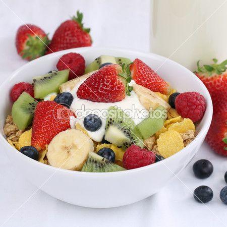 Descargar - Cereales de frutas con yogur y fresas — Imagen de stock #52263653