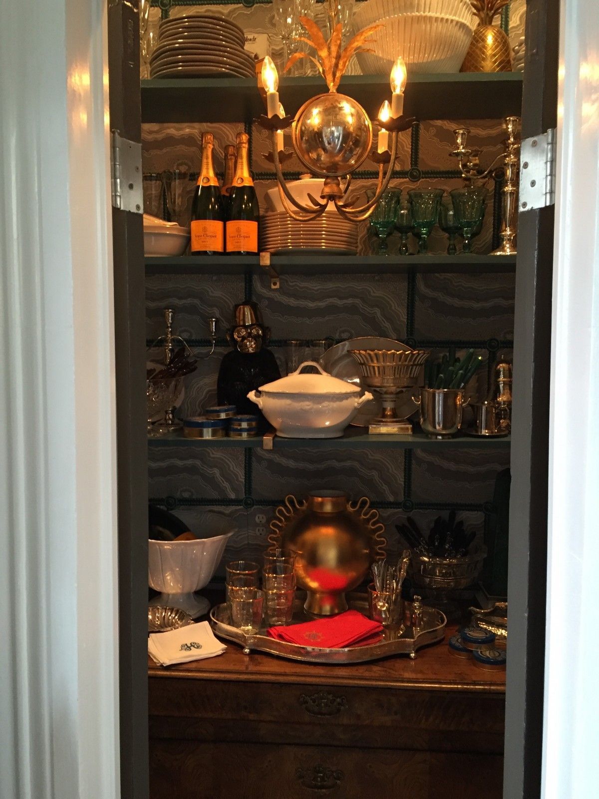A Tour Of The Traditional Home Southern Style Now Showhouse La Dolce Vita Traditional House Lacquered Walls Bars For Home