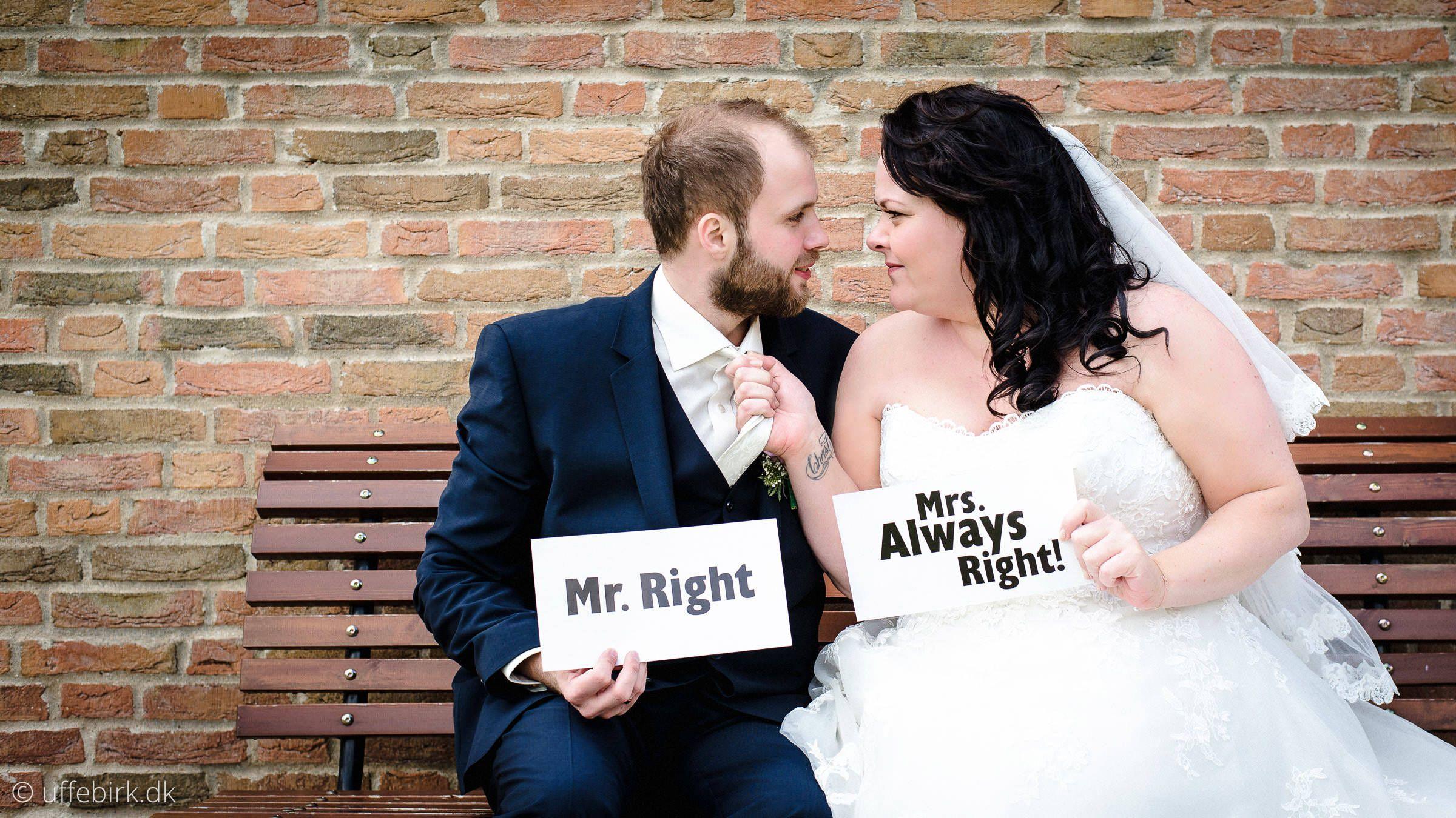 Et Sjovt Billede Som Jeg Tog Til Et Bryllup I Lemvig Brudeparret Havde Selv Medbragt Skiltene Sjov Bryllupsbillede Bry Bryllupsbilleder Sjovt Inspiration