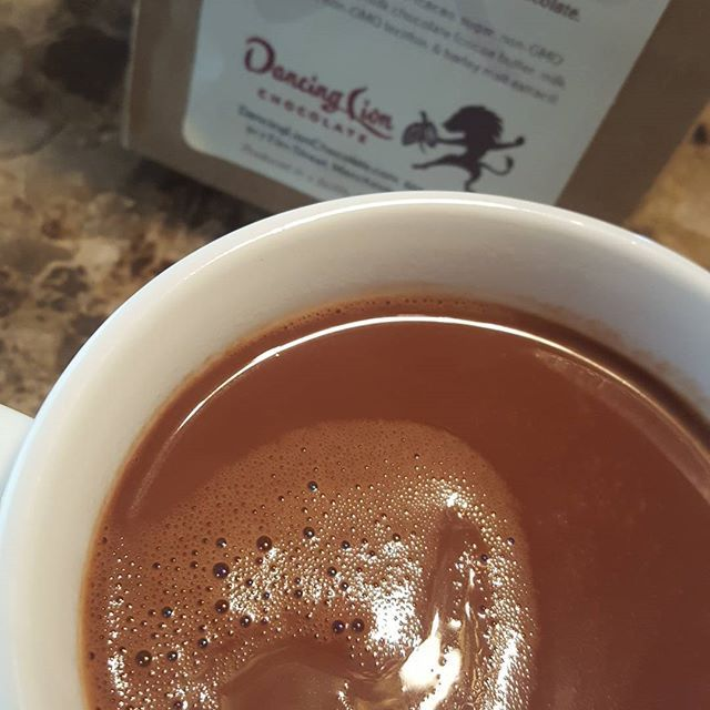 This #traditonalstyle #creamydark #drinkingchocolate by #dancinglionchocolate @dancinglionchocolate makes me extremely happy!!!! #milkchocolate #darkchocolate #milkdark combo of delight!  Rich, big flavor, comforting, and yet invigorating at the same time. #vanilla in the background, medium/long finish, light bodied, yet a very creamy mouthfeel. Excuse me, I have to go finish my cup!  #richardtangolowy #toptenchocolatiers2016 #chocolate #chocoholic #finechocolate #chocolatchaud…