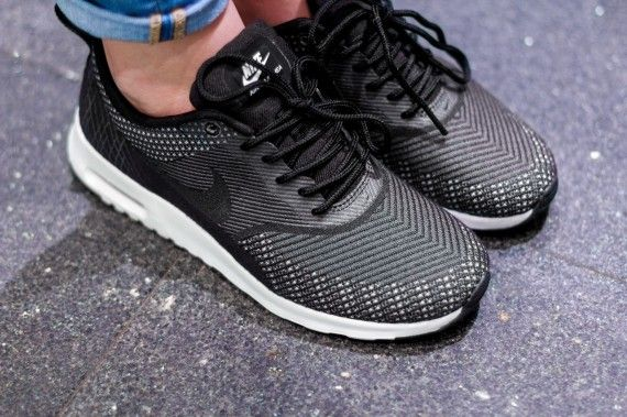 Terapia Hablar con Dispersión  Nike Women's Air Max Thea Jacquard - Dark Grey - Black - Metallic Silver -  SneakerNews.com   Nike shoes women, Running shoes nike, Nike air max running
