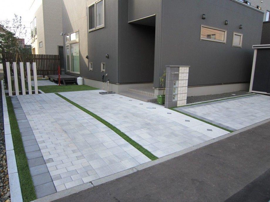 インターロッキングでデザインしたモダンなカースペース 玄関 人工芝