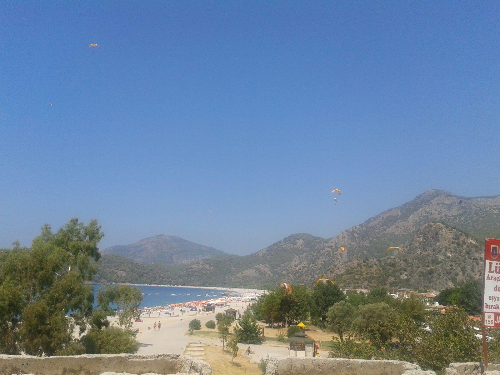 Ölüdeniz Plajı, Babadağ dan atlayan paraşütçüler plaja inerkene