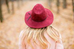 Mujer con sombrero rojo que camina en el parque Imagen de archivo libre de regalías