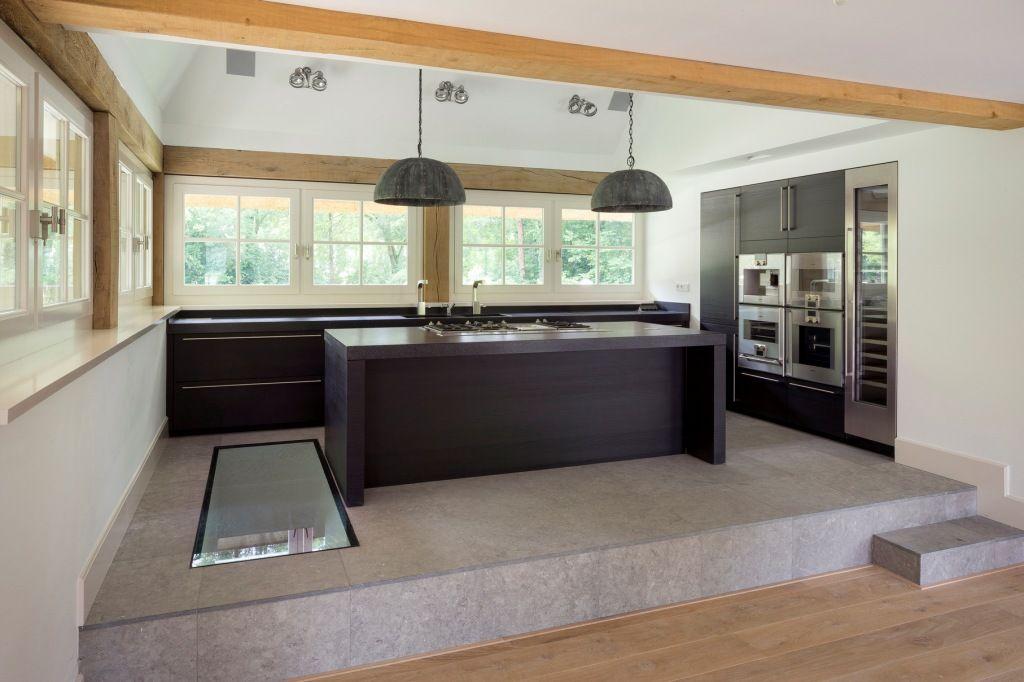 Keuken met glasplaat in de vloer voor doorkijk naar wijnkelder