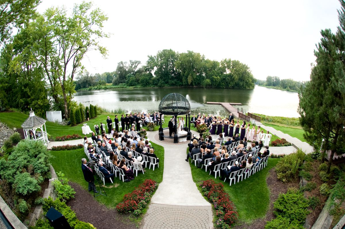 Ceremony in the round at the Glen Sanders Mansion New
