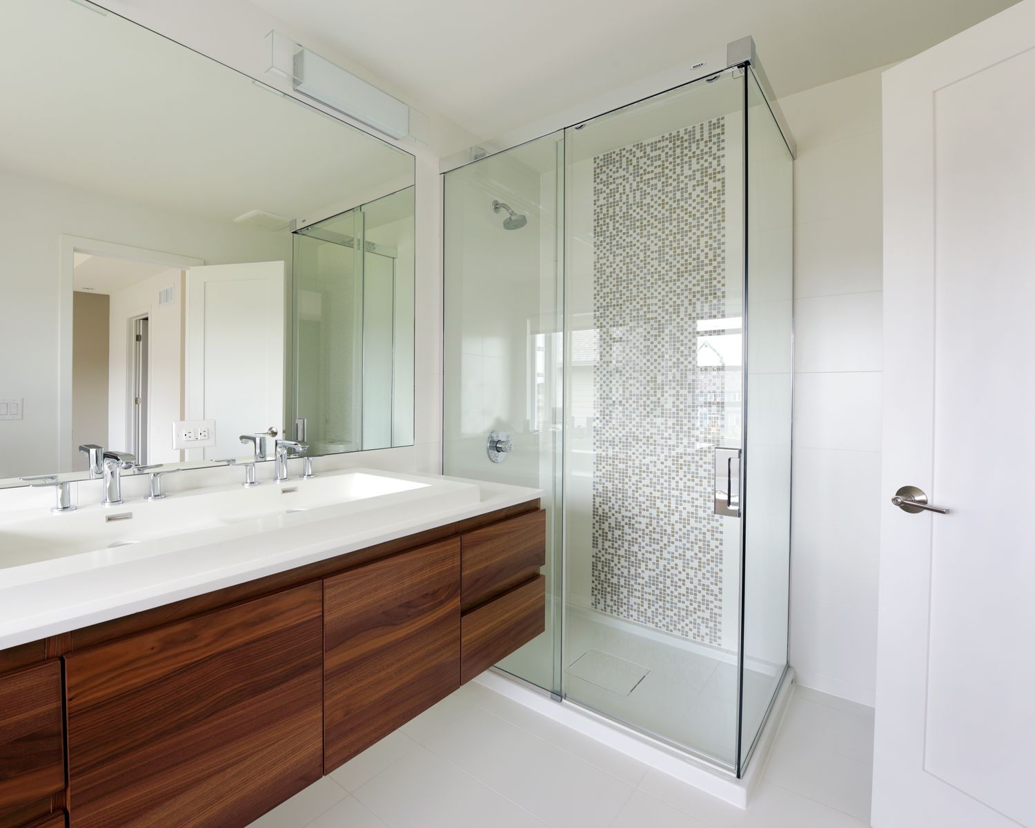 A mosaic tile detail adds visual interest to the shower. | туалеты ...