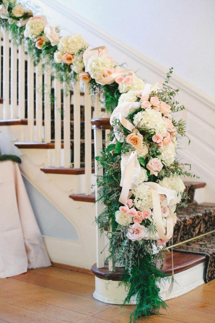 Treppengelander Mit Blumengirlande Zur Hochzeit Kunstlich Dekorieren Blumengirlanden Hochzeit Hochzeitsdekoration Blumen Girlande
