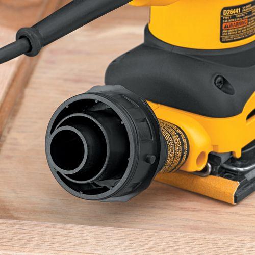 Si on retire le sac à poussière, la prise est conçue de façon pouvoir y brancher un aspirateur avec un boyau de 1 1/4 po ou encore de 2 1/2 po de diamètre. Un aspirateur relié à une ponceuse permettra de refroidir la surface poncée par le biais de l'air, mais empêchera aussi la formation de débris qui se collent sur le bois ou dans le papier abrasif.