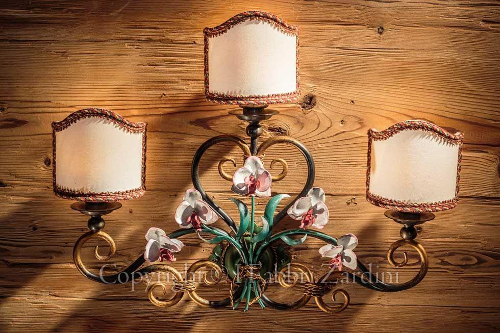Applique a luci con orchidee in ferro battuto decorato a mano