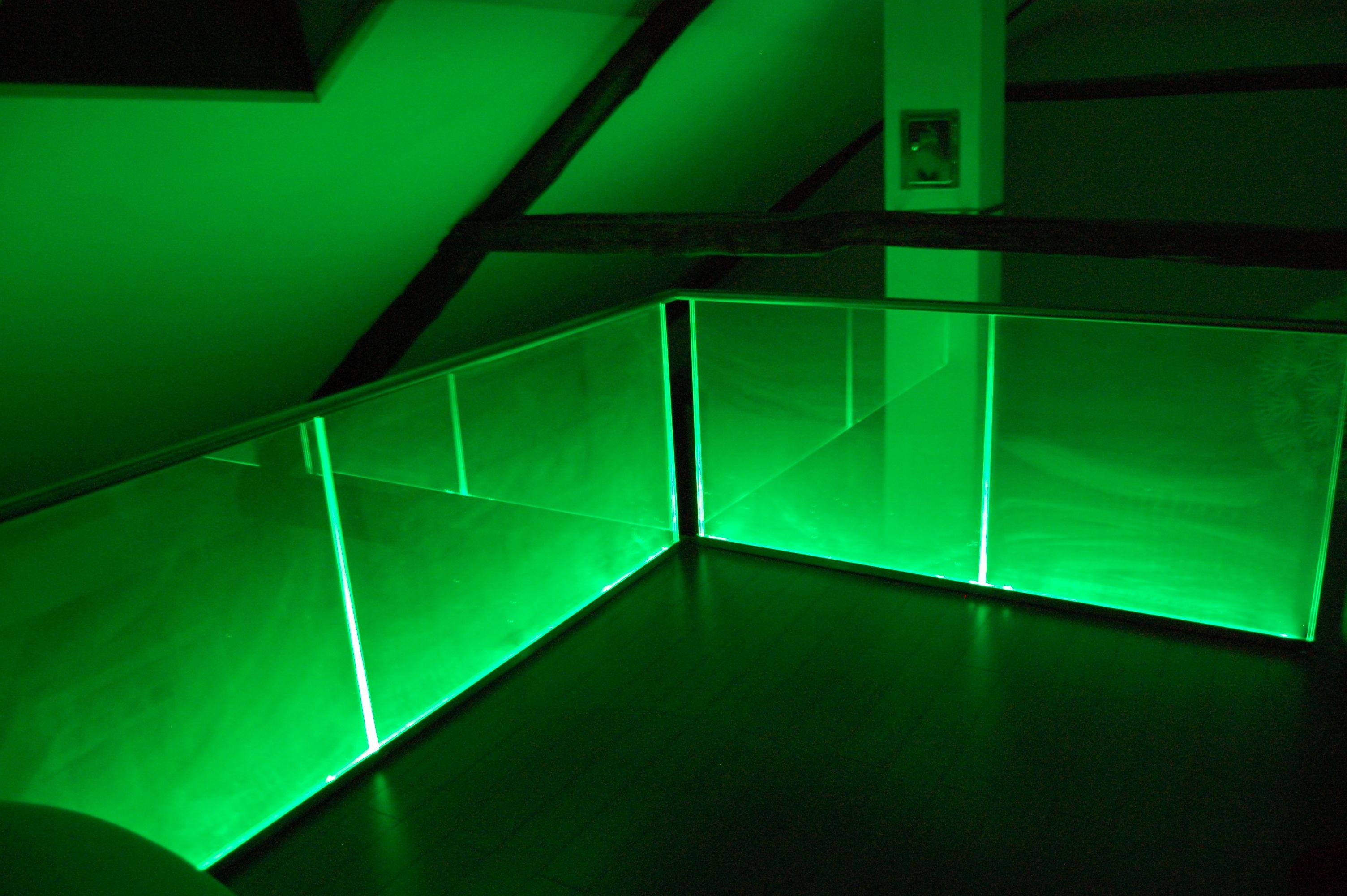 Dieses Glasgelander Wird Mit Hilfe Einer Led Leiste Mit Integriertem Farbwechsler Beleuchtet Beleuchten Glasgelander Innen Glas