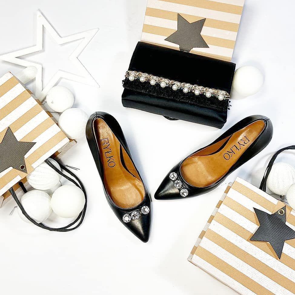 Klasyczne Czarne Szpilki Z Ozdobnikiem Bizuteryjnym Zawsze Robia Wrazenie Do Tego Torebka Hiszpanskiej Marki Menbur Dyskretnie Zdob In 2020 Mule Shoe Shoes Fashion