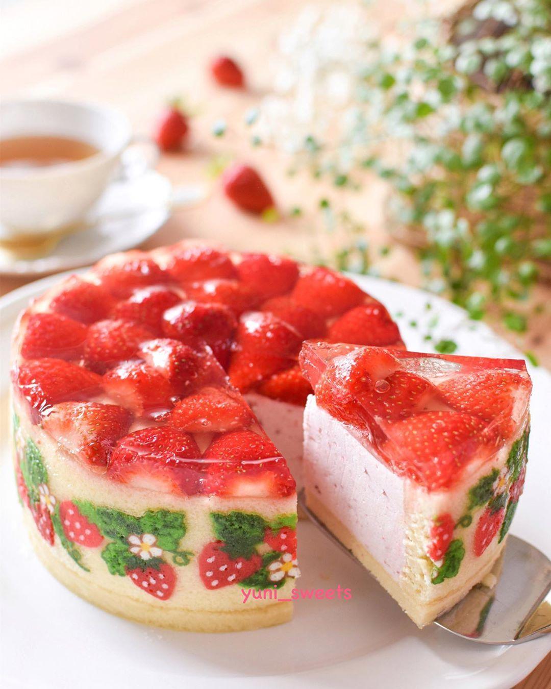 strawberry mousse cake 苺があるうちに リクエストで 苺たっぷりのケーキを でも大失敗 上から流したゼリーが セルクルとスポンジ生地の隙間を通ってじゃじゃ漏れに 素人あるある やってみないとわからないこと すごいケーキ ストロベリー