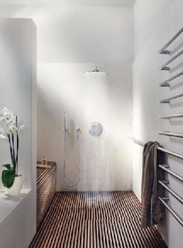Salle de bain italienne sol caillebotis teck