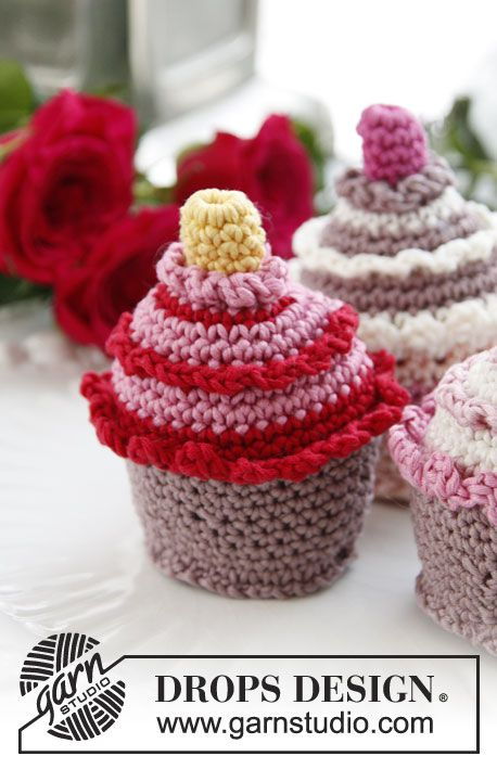 Crochet Drops Piece Of Cake With Berries And Cream In Muskat Dropsdesign Garnstudio Crochet Cake Crochet Food Food Patterns