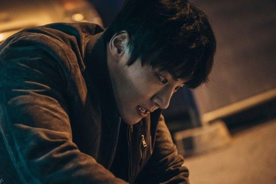 "Yoon Shi Yoon Engages In A Frightening Chase In Upcoming OCN Sci-Fi Thriller ""Train"""