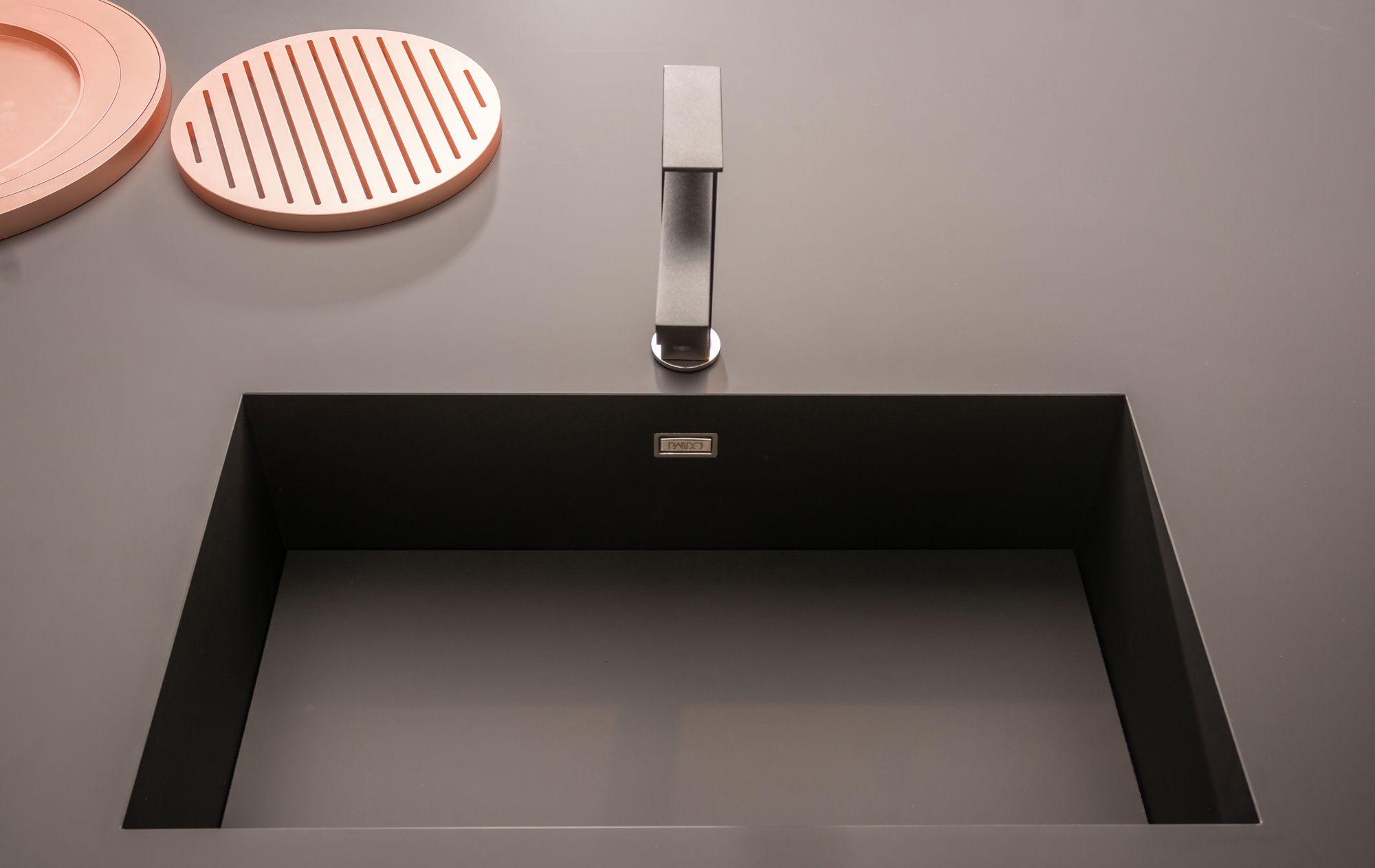 Fenix Ntm Anwendungsbeispiele Mobel Und Interior Design Kuche Schwarz Kuche Arbeitsplatte