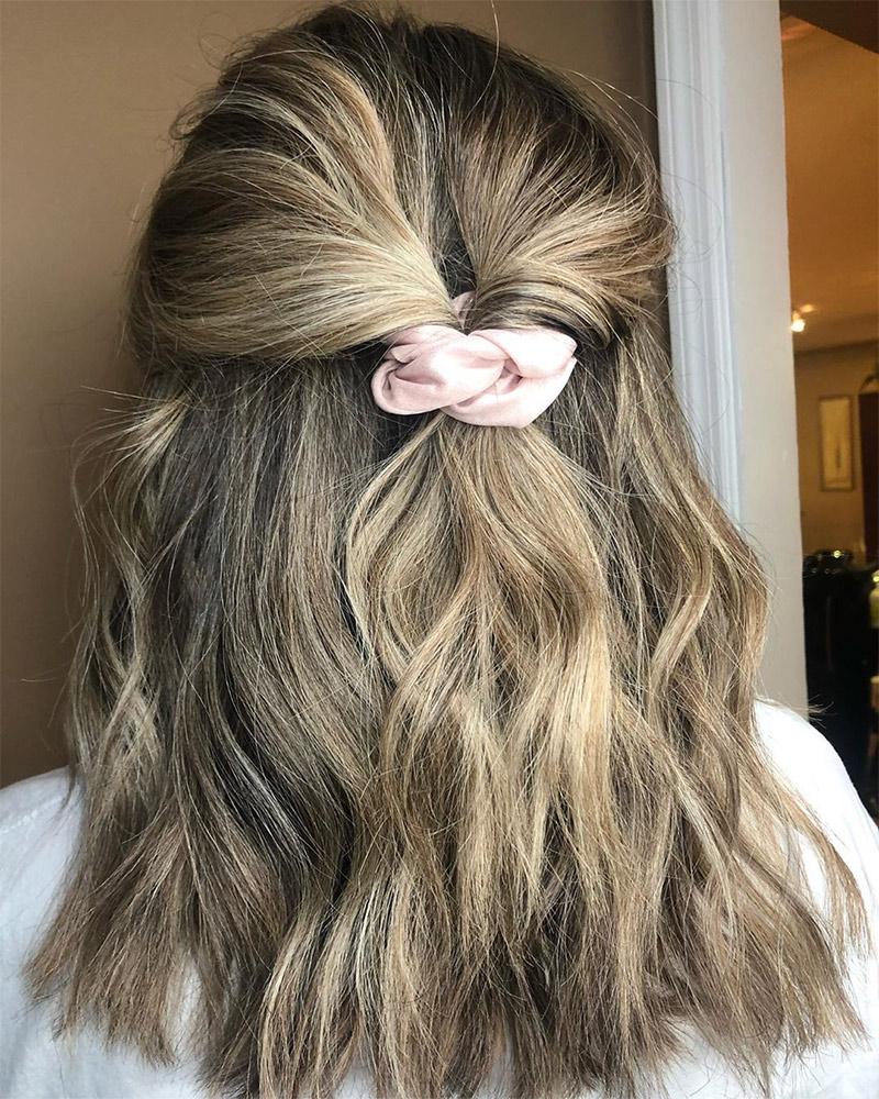 Peinados totalmente radicales que te alegrarán de que los scrunchies estén de vuelta  – Peinados