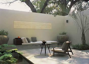 Patio interior con butaca emmlyn pinterest patio for Patios interiores modernos