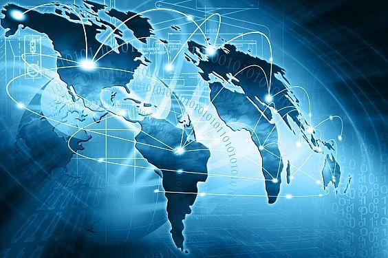 تقدم لنا التكنولوجيا كل يوم شيئاً جديداً من ابتكارات واختراعات متماشيةً بذلك مع واقع الحياة وما يحدث فيه من تطورات في كافة المجالات، ولعل آخر ما قدمته التكنولوجيا من وسائلها المتطورة ما يسمى بشبكة الإنترنت التي انتشرت انتشار النار في الهشيم، لدرجة أضحت الإنترنت حديث كل الأنام، وموضوع كل لسان، ولكن هناك سؤال يفرض نفسه وإن لم تجد الكل يتساءل عنه ألا وهـو كيف نشأت فكرة الإنترنت ومتى كان مـوعد بزوغها وخروجها للعالم لتقتحم علينا حياتنا وتفرض نفسها بقوة؟؟