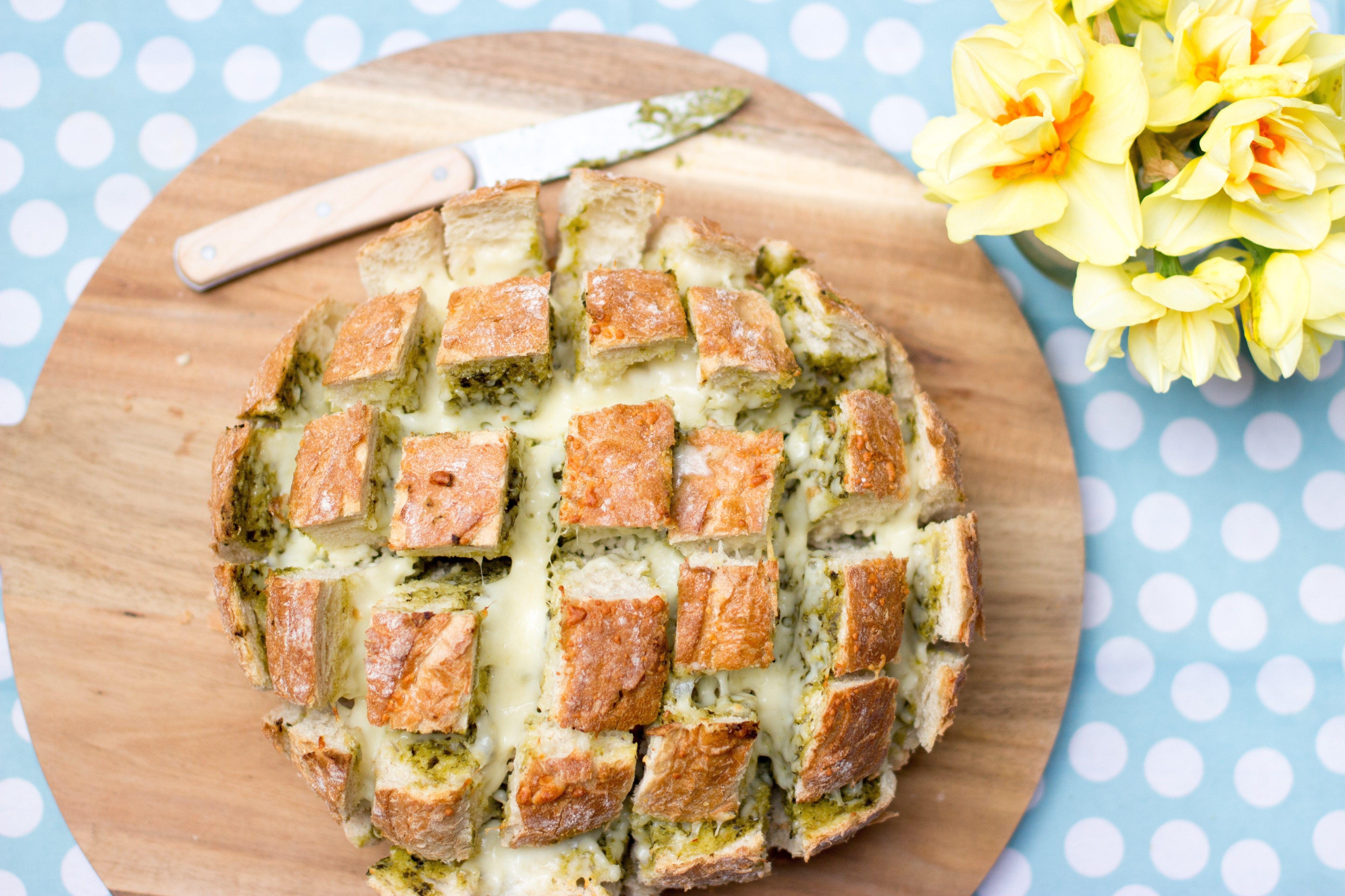 Pesto-mozzarella plukbrood » Snel gemakkelijk en maar 3 ingrediënten!
