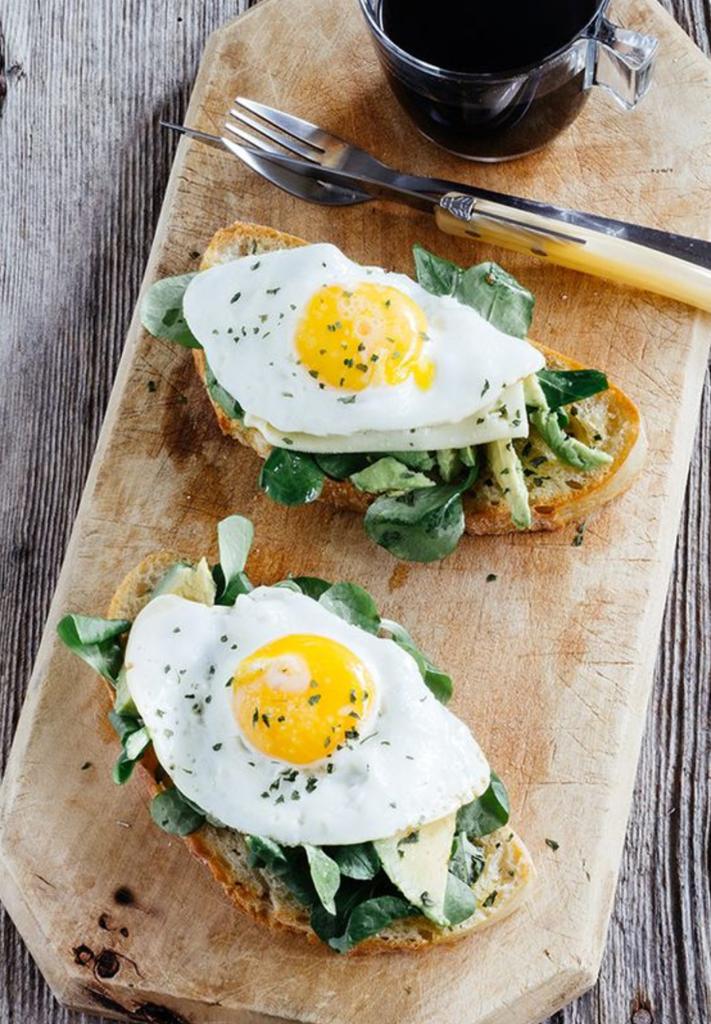 Huevos Tabla Alimentos Contra El Dolor De Cabeza Comida Desayunos Sanos Huevo Con Aguacate