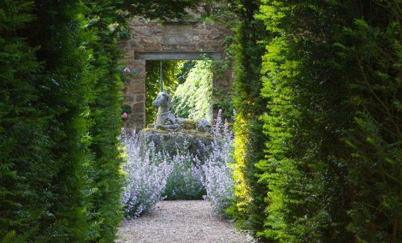 English Country Gardens Are Some Of Delights Of The Country House Boom That Lasted About 400 Years From The English Country Gardens Manor Garden Garden Design