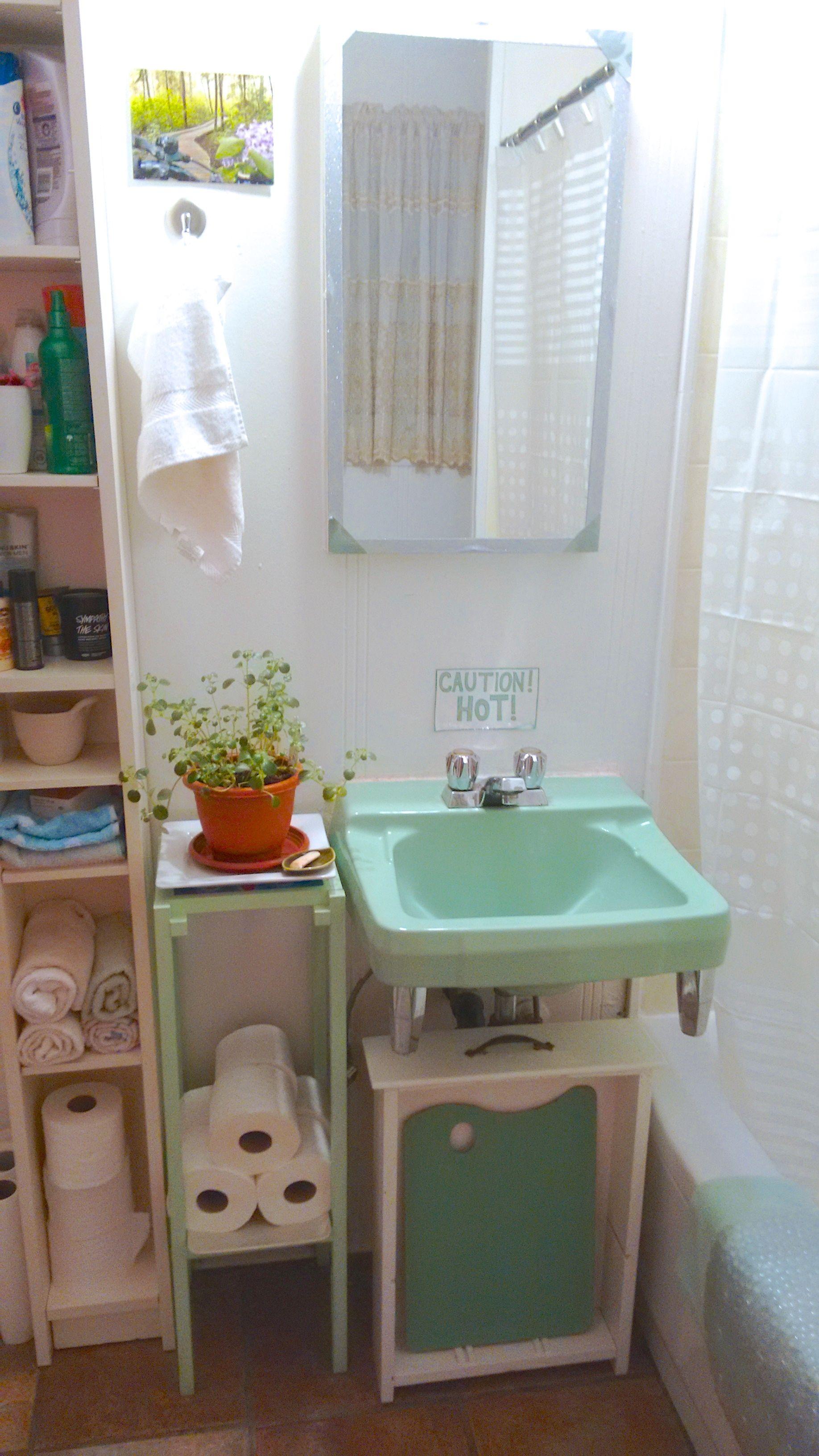Because I Rent And My Income Are Limited I Had To Get Creative When Hiding The Bathroom Sink Pipes Ideias De Decoracao Casa Banheiros Antigos Moveis De Paletes